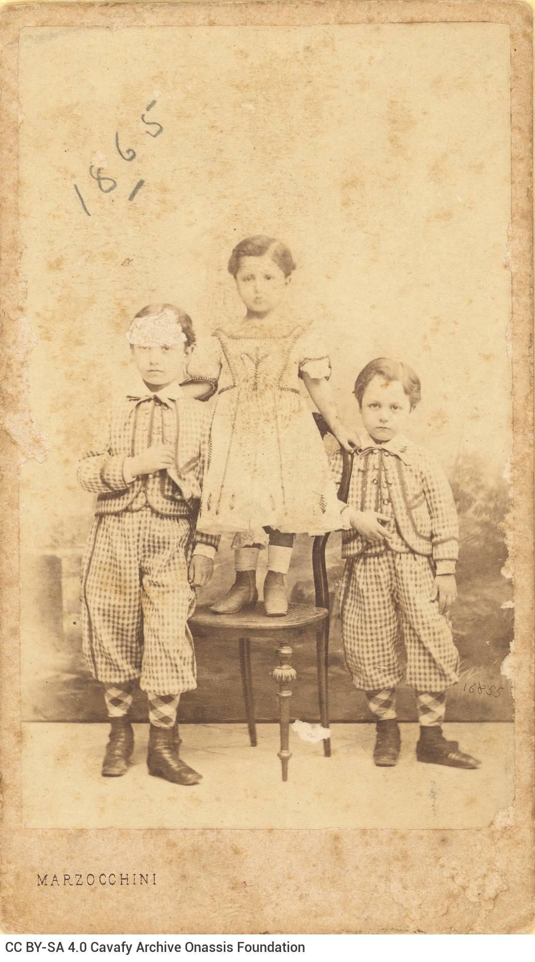 Φωτογραφία τριών μικρών αγοριών στο εργαστήριο του φωτογράφου. Εικο