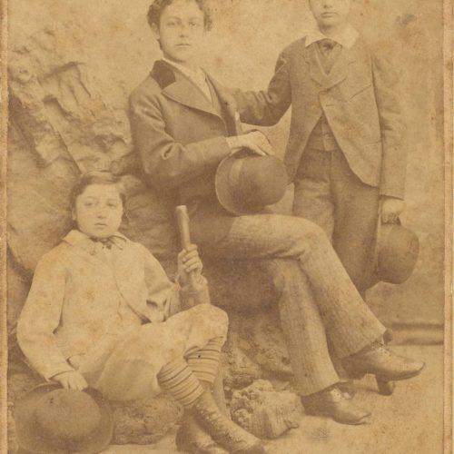 Φωτογραφία των τριών αδελφών Καβάφη, Τζων, Παύλου και Κωνσταντίνου, �