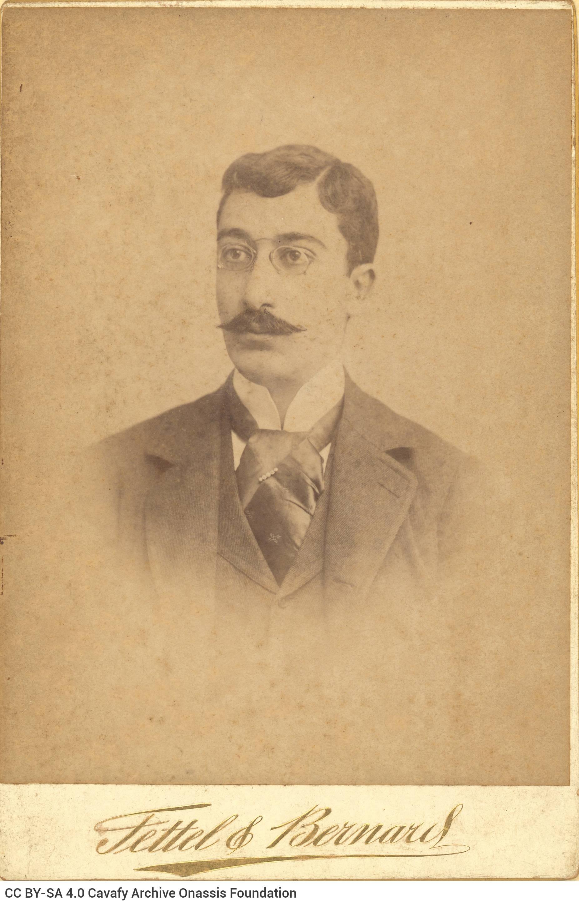 Αχρονολόγητο φωτογραφικό πορτρέτο του Καβάφη από το εργαστήριο των