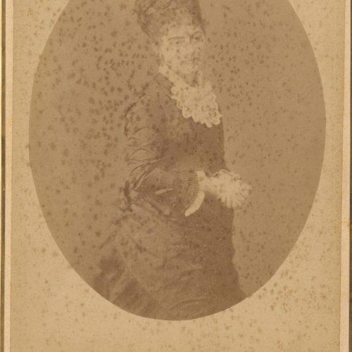 Αχρονολόγητη φωτογραφία άγνωστης γυναίκας. Η επωνυμία και η διεύθυν