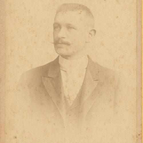 Εξίτηλο φωτογραφικό πορτρέτο άνδρα με κοντά μαλλιά, μουστάκι και λε�