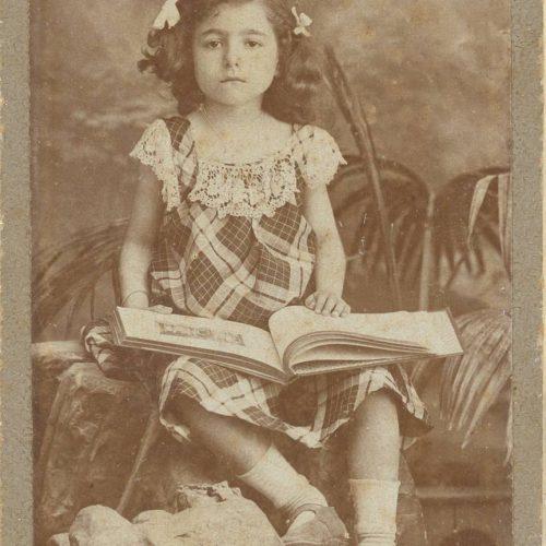 Δύο αντίγραφα φωτογραφίας καθισμένου κοριτσιού, που κρατάει ανοιχτ�
