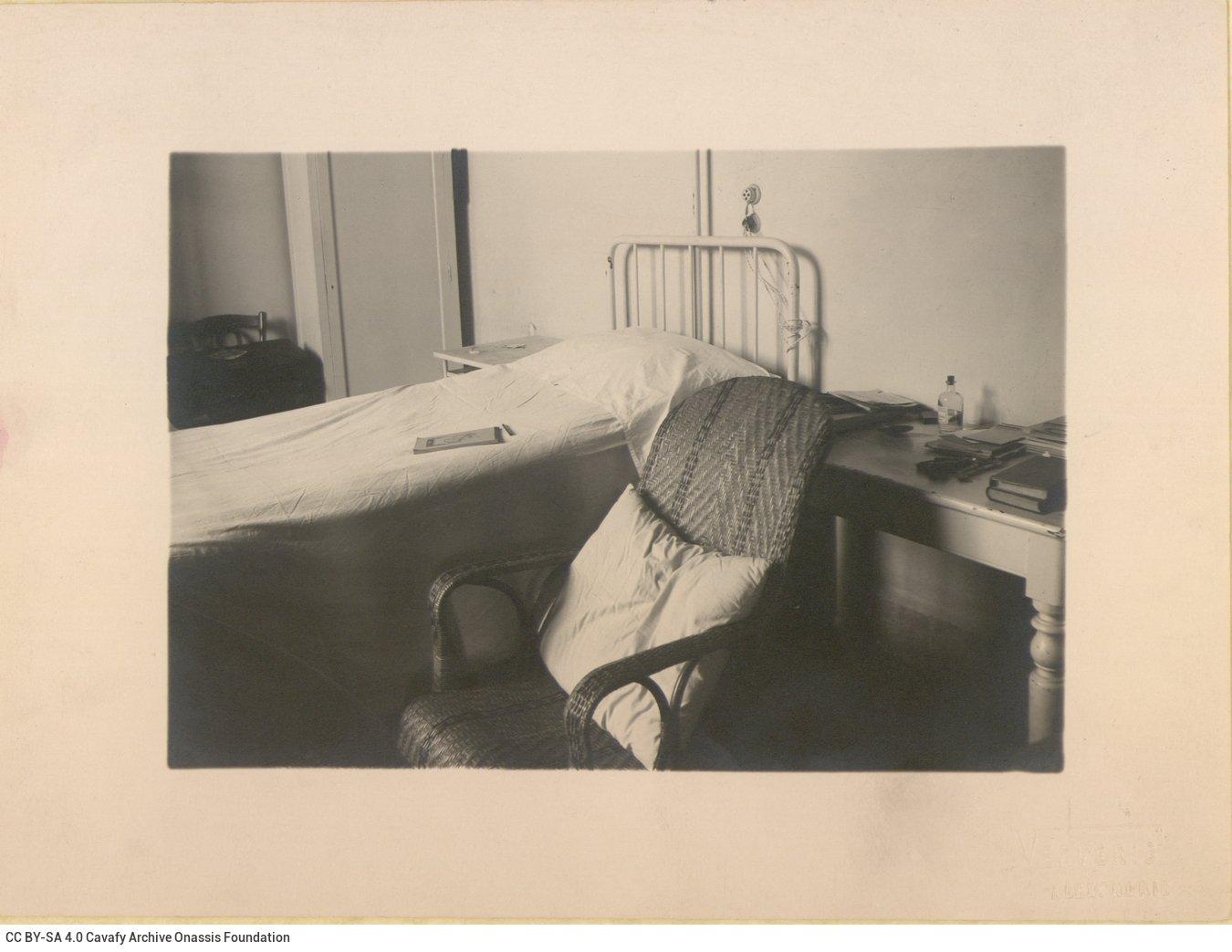 Φωτογραφία του κρεβατιού στο δωμάτιο του Ελληνικού Νοσοκομείου της